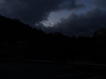 朝、細い三日月が空に浮かんでいる