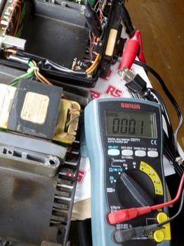 電源ケーブルの抵抗値を測定中