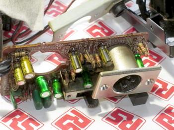 基板上の電解コンデンサー全てを交換し終えたところ