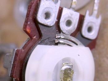 摺動抵抗部に軸のグリスが少し流れ込んでいる