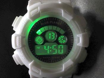 ダイソー白のデジタル腕時計のLED照明はグリーン