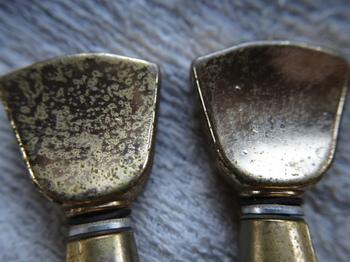 ペグの錆を落とす前(左)と落とした後(右)