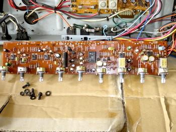 一部を除いて電解コンデンサを交換したプリアンプBチャネル及びイコライザ部の基板
