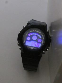黒い方のLED照明はブルーで少し暗く感じる