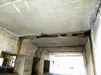 トンネルの天井に何かが見える