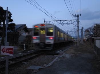 踏切を走り抜けた列車