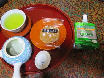 朝食代わりのせんべい菓子とドリンクゼリー