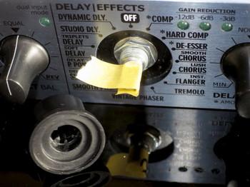 軸にマスキングテープを巻いて固定する