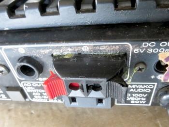 ボンドで固定されたスピーカー端子