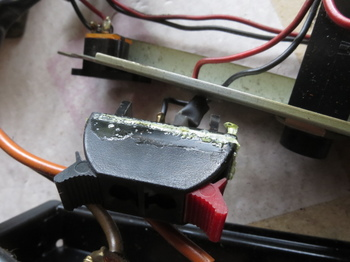 樹脂の破片はスピーカー端子の固定金具だった