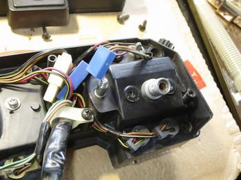 スピードメーターを固定するネジを外したところ