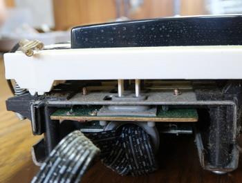 鍵盤が下にある2つの接点を押す構造