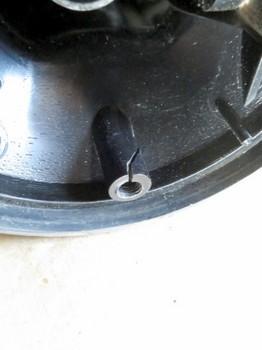 ネジ穴に亀裂が入っている