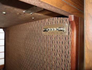 鍵盤の下にマイク端子などがある