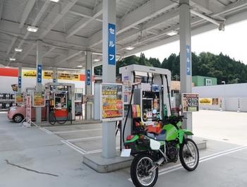 出光のスタンドで初回の給油となるKL250R
