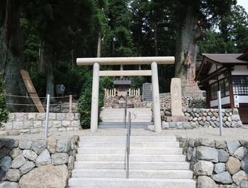 久津八幡宮の隣にある御魂神社