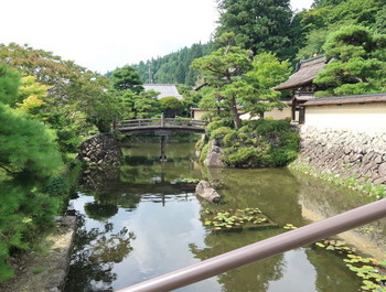 禅昌寺門前の池
