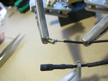 配線金具と電線をハンダ付け