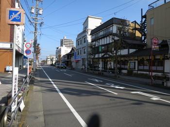 江南駅から北に向かう道は商店が少ない