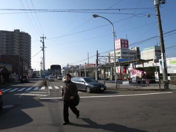 江南駅東口は小さなロータリーだけ