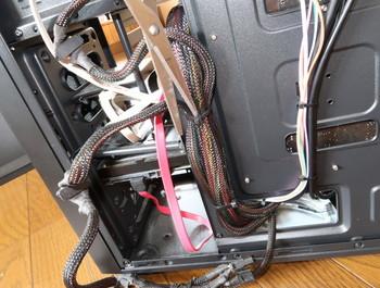 内部は電源用配線が多い
