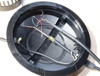 配線をヘッドフォン本体に通して止め金具をカシメたところ