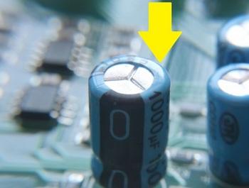 このコンデンサは矢印の部分が少し膨らんでいる