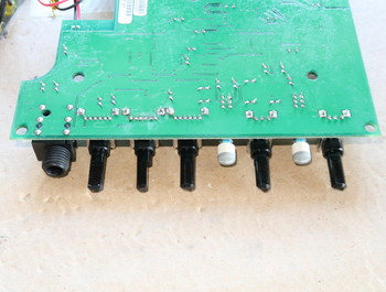 組み立てたボリウムを基板にハンダ付けしたところ
