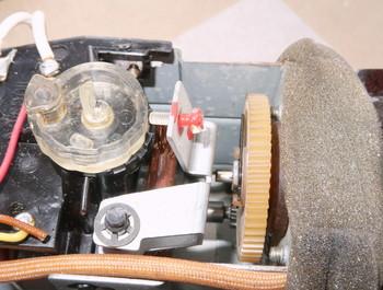 樹脂部品がモーター側のネジに当たって尖り具合を調整する構造