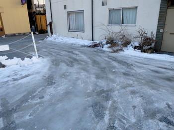 宿の駐車場は日陰で雪が凍っていた
