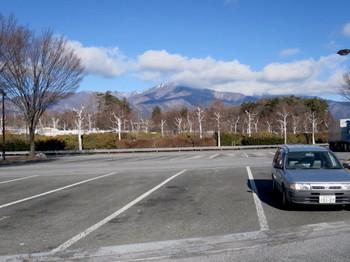 小黒川PA(下り)から北を見ると山にはうっすらと雪がある程度
