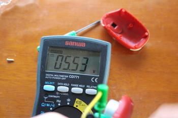 発電部の出力電圧を測定中