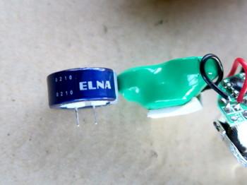 使われているニッケル水素充電池とコンデンサの厚みはほぼ同じ