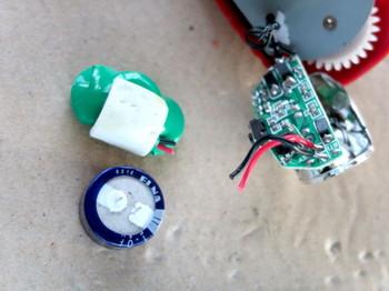 充電池の配線はギリギリの位置で切断する