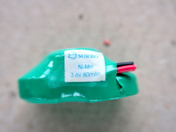 ボタン型を3つ入れ違いに組んだ構造の充電池