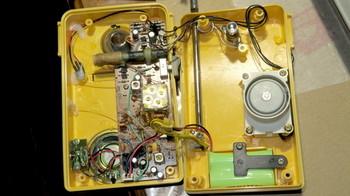 古いダイナモ発電ラジオを開けたところ