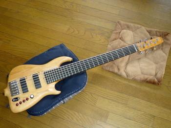 中古で手に入れたアトランシアの6弦ベース・ステルス