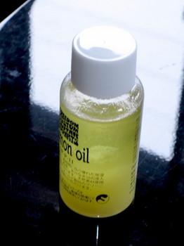 寒さで白く濁ったレモンオイル