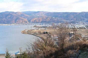 諏訪湖東の山は雪がまだ無い