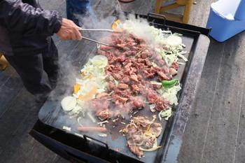 持ち込んだ牛肉を焼いているところ
