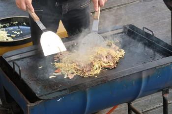 富士宮焼きそばを調理中