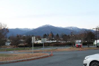 周囲の山々は白くなり始めている