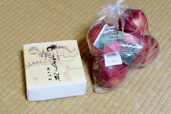 購入した高遠まんじゅうとリンゴ