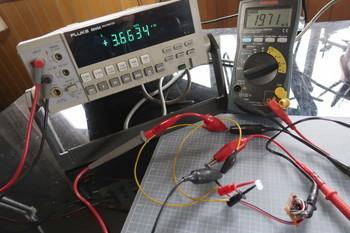LEDの降下電圧を測定中