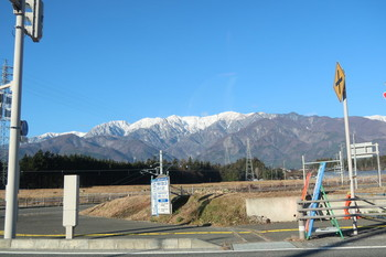 見える山々は白い