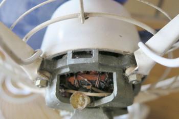 オイル穴に繋がる樹脂のパイプは埃で詰まっていた