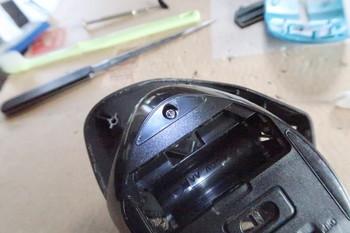 ネジ穴が折れてネジが残っている