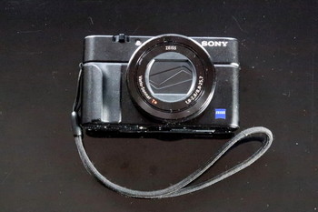 DSC-RX100M3にカメラグリップを取り付けたところ