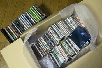 CDの詰まった段ボール箱