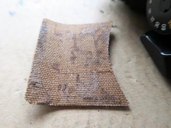 剥がした張り革の裏は布目